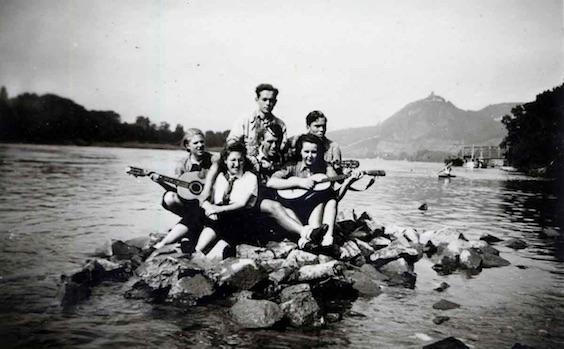 Un gruppo  di  giovani  tedeschi  appartenenti all'organizzazione anti  nazista Edelweiss Pirates